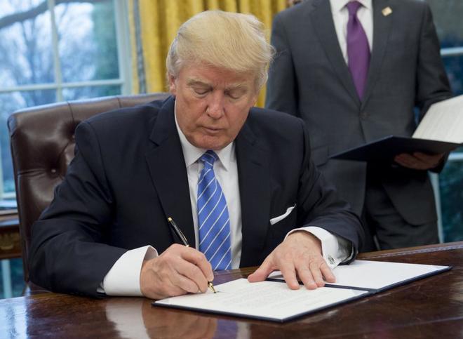 Firma Trump salida de Estados Unidos del TTP